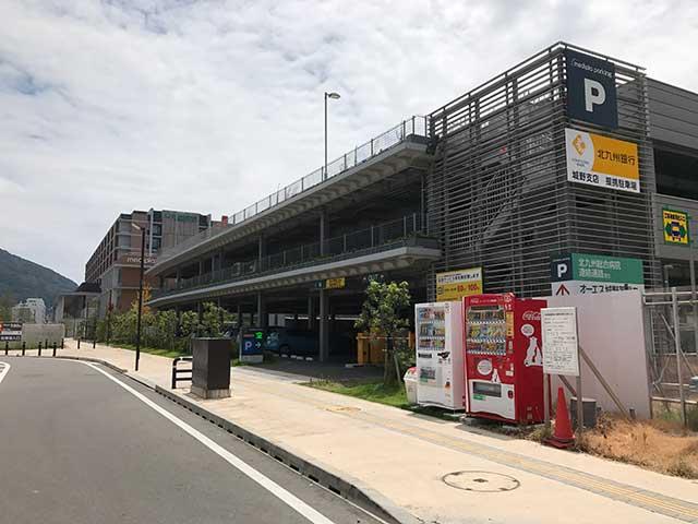 併設する駐車場の入り口