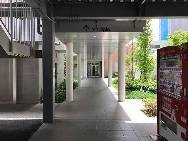 駐車場から医院への入り口